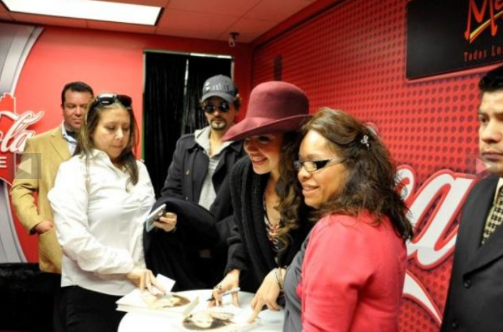 thalia_coke_lounge_cada_dia_mas_fuerte_chicago_firma_13