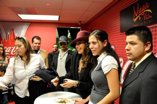 thalia_coke_lounge_cada_dia_mas_fuerte_chicago_firma_6